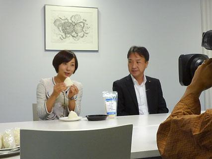 GABA米のおにぎりを試食する藤村伊勢アナ(左) 【↑ページトップへ】...  中国放送「Eタウ